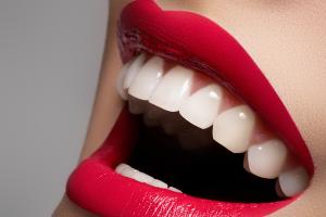 Как отбелить зубы в домашних условиях без вреда для эмали и с минимальными тратами